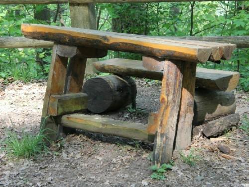 Tisch und Bank im Wald
